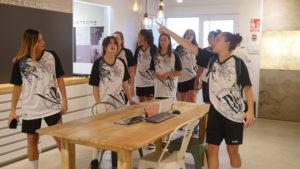P1040315 300x169 - Visita del equipo Fustecma Nou Bàsquet Femení a nuestras instalaciones